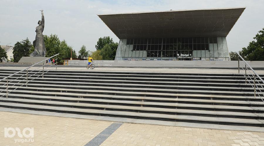 """Отреставрированный парк перед кинотеатром """"Аврора"""" ©Фото Михаила Ступина, Юга.ру"""