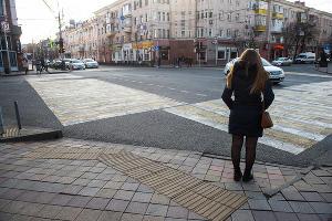 Тактильная плитка на перекрестке улиц Мира и Красная  ©Фото Елены Синеок, Юга.ру