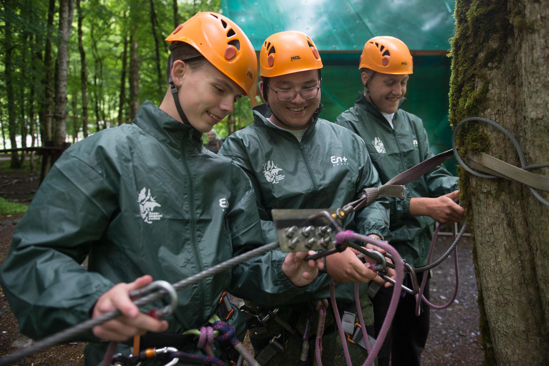 Экспедиция включает в себя различные активности, в том числе прохождение веревочного парка ©Фото Артура Лебедева
