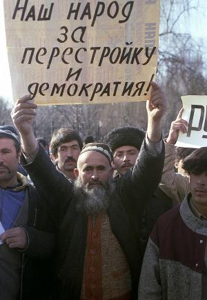 Участники митинга в поддержку демократии и перестройки, 1990 год. Фото Владимира Федоренко, РИА «Новости» (CC BY-SA 3.0)