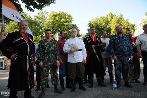 """Стояние"" против Гельмана в Краснодаре ©Елена Синеок. ЮГА.ру"