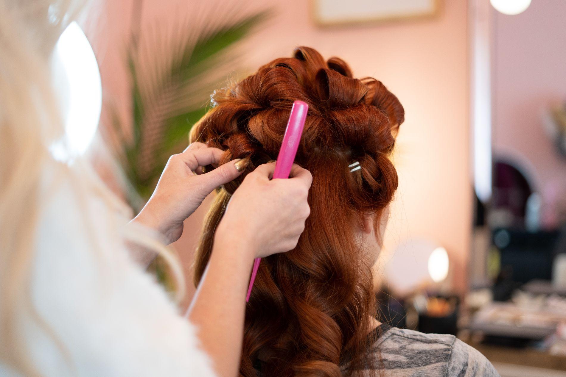 В Крымске выявили коронавирус у парикмахера, которая стригла людей ...