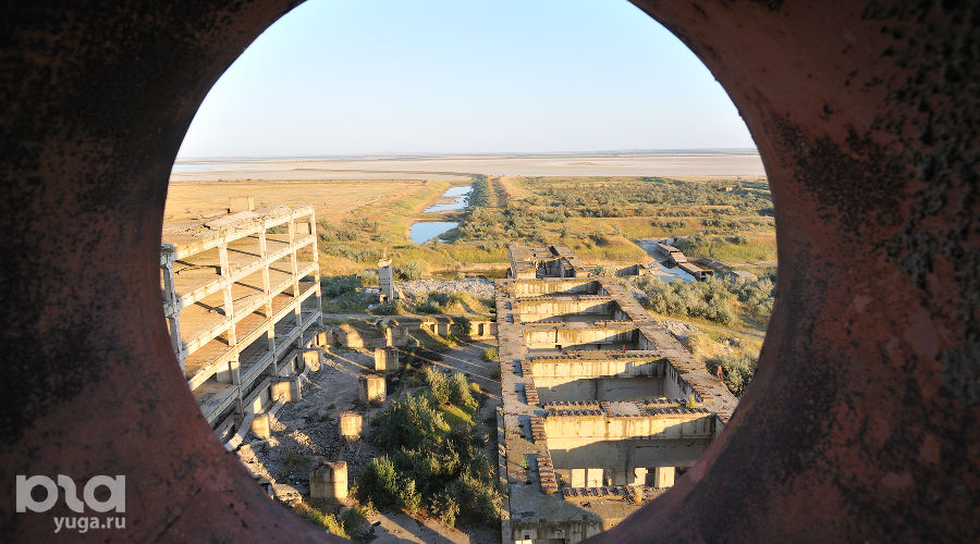 Вид из реакторного цеха заброшенной Крымской АЭС рядом с городом Щелкино ©Фото Кирилла Достова, Юга.ру