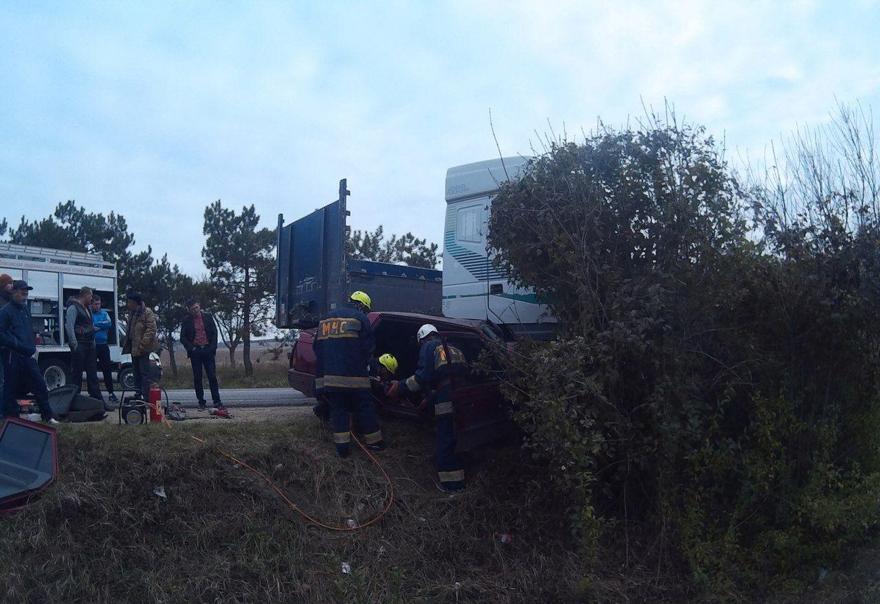 Лобовое столкновение тягача илегкового автомобиля: есть пострадавшие