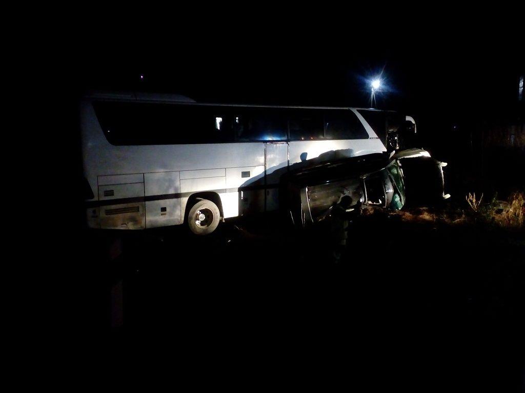 НаКубани «Ленд Крузер» непропустил автобус, пострадали четверо