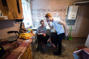 Анна Сметана и Валера в тренировочной квартире ©Фото Елены Синеок, Юга.ру