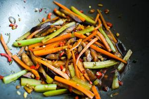 Овощи готовятся быстро, сохраняя яркий цвет и хрусткость ©Фото Анны Голубцовой
