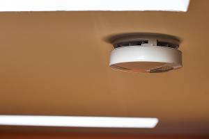 Датчик дыма, установленный на потолке ©Фото Елены Синеок, Юга.ру