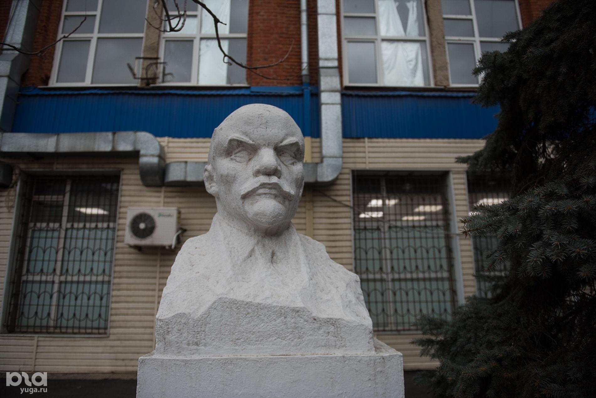 Бюст Ленина во дворе БЦ «Кавказ» на улице Коммунаров ©Фото Елены Синеок, Юга.ру