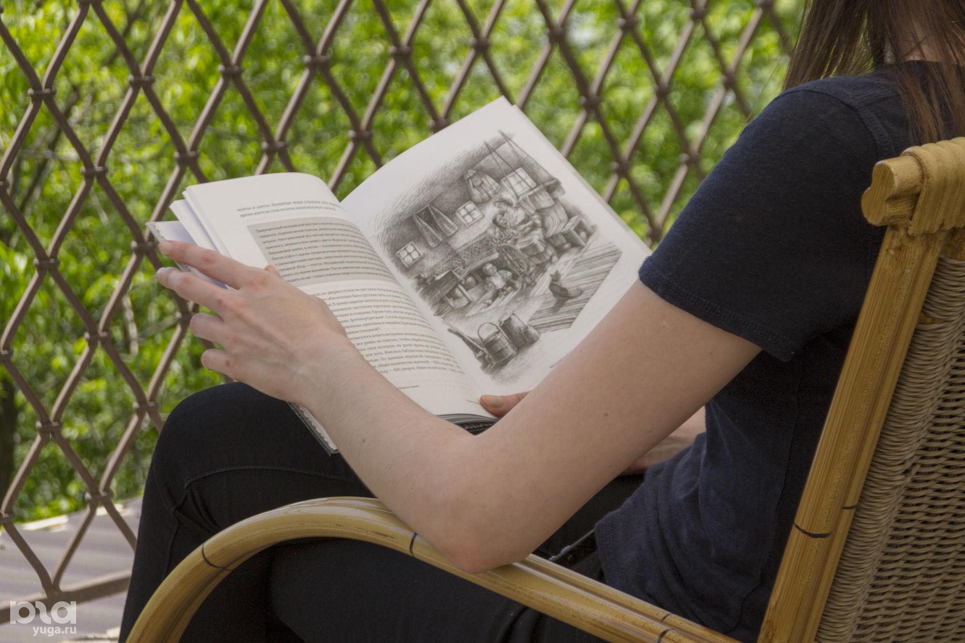 Книга Валентины Симионел «Цена земли» ©Фото Дмитрия Пославского, Юга.ру