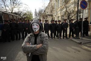 Молодой человек в маске анонимуса ожидает начала митинга  ©Михаил Мордасов. ЮГА.ру