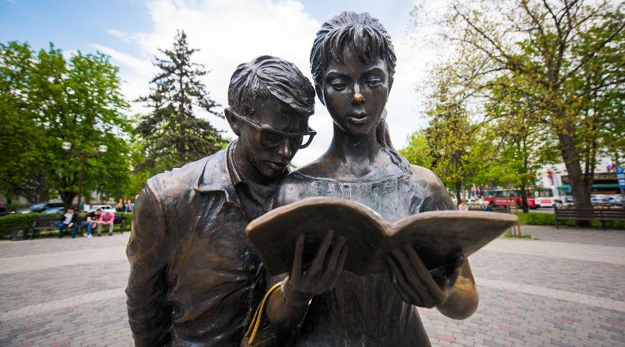 Памятник студентам Шурику и Лидочке в Краснодаре ©Фото Елены Синеок, Юга.ру