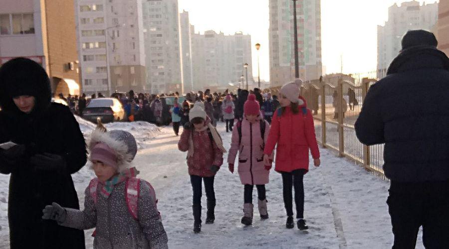 Эвакуация детей ©Фото из группы vk.com/rostovnadonu