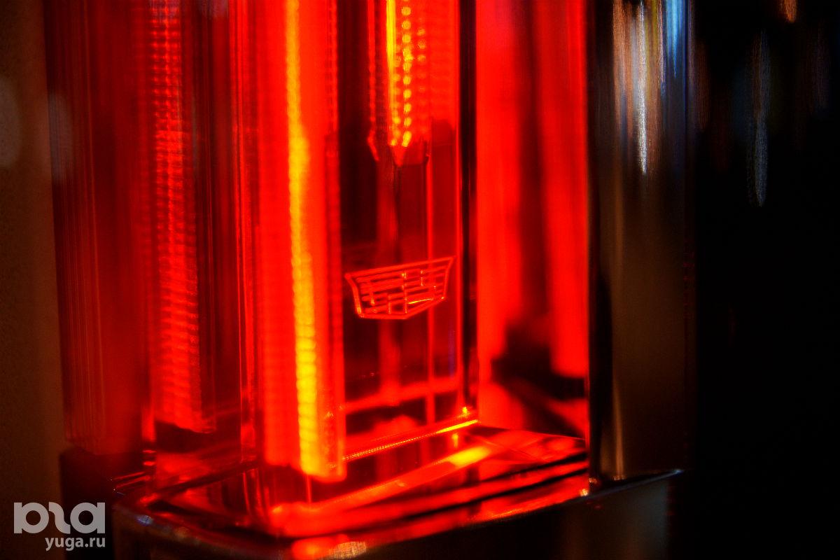 Задние фонари Escalade завораживают ©Фото Евгения Мельченко, ЮГА.ру
