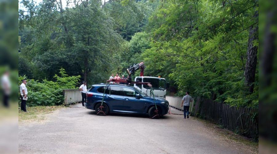 В Сочи эвакуировали автомобиль, который перекрывал проезд к Агурским водопадам ©Фото пресс-службы Сочинского нацпарка