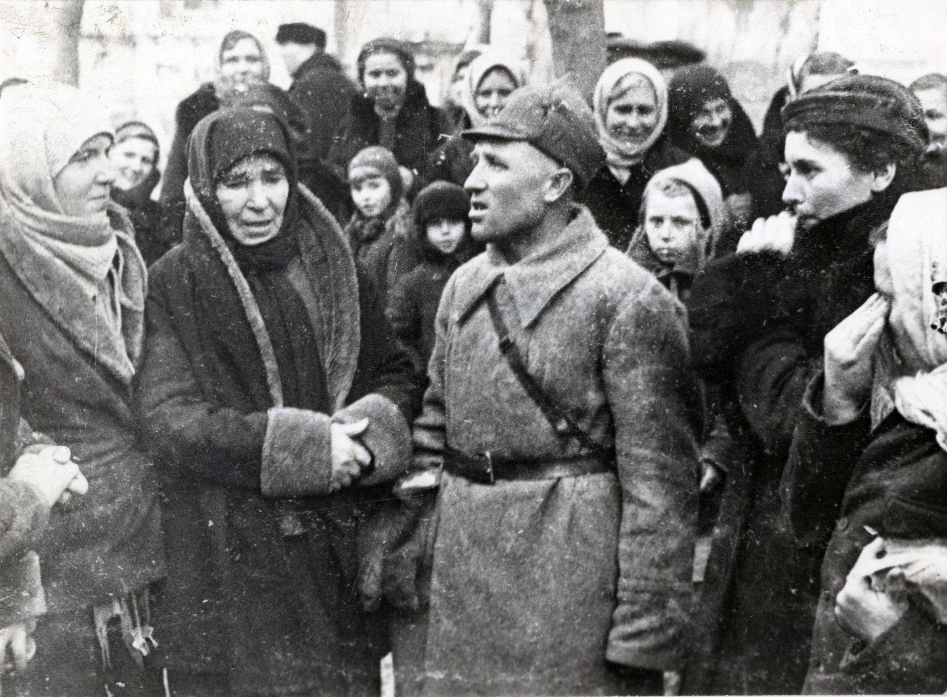 Встреча краснодарца Якова Ганзина со своей семьей и соседями. 12 февраля 1943 года ©Фото с сайта «Военный альбом», waralbum.ru