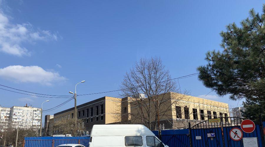 Стройка нового корпуса школы № 87 в Юбилейном микрорайоне Краснодара ©Фото Валерии Дульской