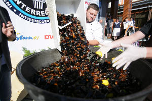 Самую большую в мире порцию черноморских мидий приготовили в Анапе ©Фото Юга.ру