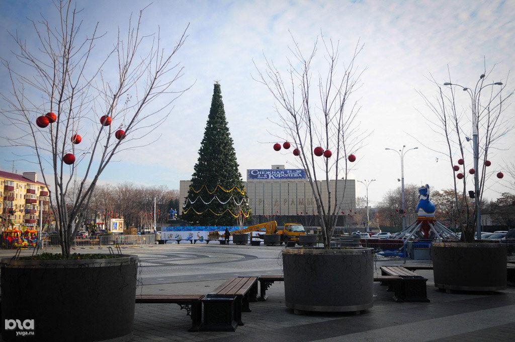 Пьяная девушка украла украшение с основной новогодней елки Краснодара