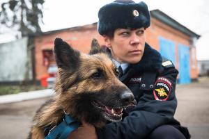 Кинолог транспортной полиции ©Фото Елены Синеок, Юга.ру