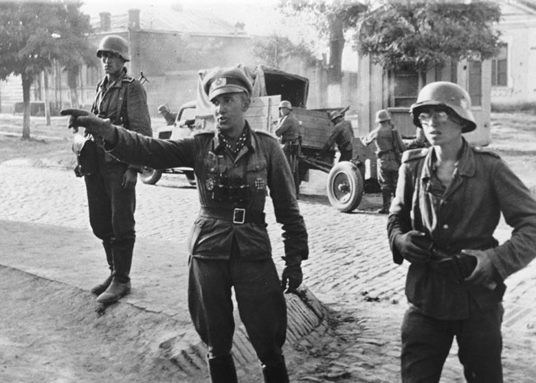 Солдаты захватчиков на одной из улиц Краснодара, август 1942 года ©Фото с сайта waralbum.ru