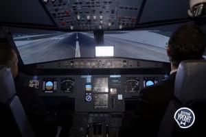 Дамир Юсупов и Иван Ургант в авиатренажере ©Скриншот из видео https://youtu.be/zKGN-lz61RE