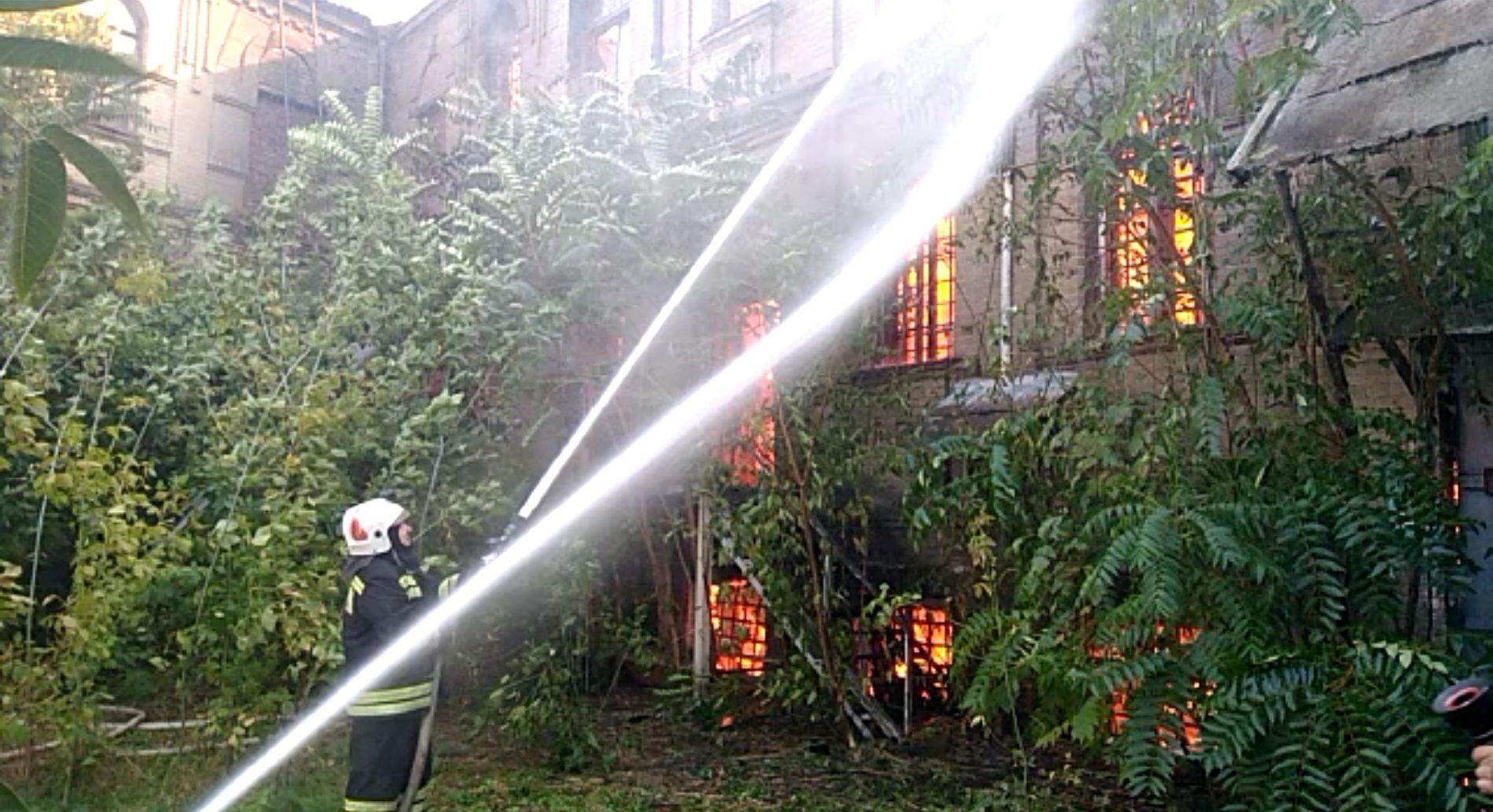 Вцентре Краснодара полыхает двухэтажный дом наплощади 900 «квадратов»