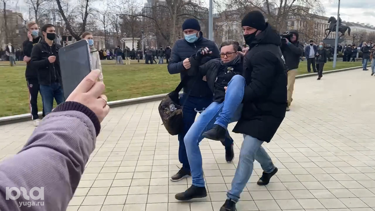 Задержание на акции сторонников Навального в Краснодаре, 31 января 2021 года ©Фото Валерии Дульской, Юга.ру