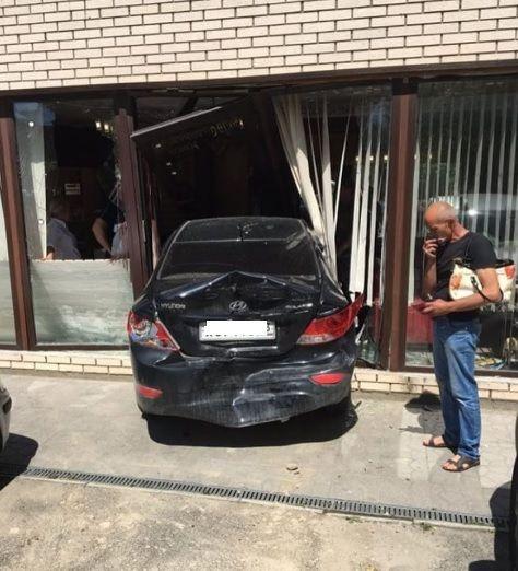 ВАнапе иностранная машина влетела впарикмахерскую