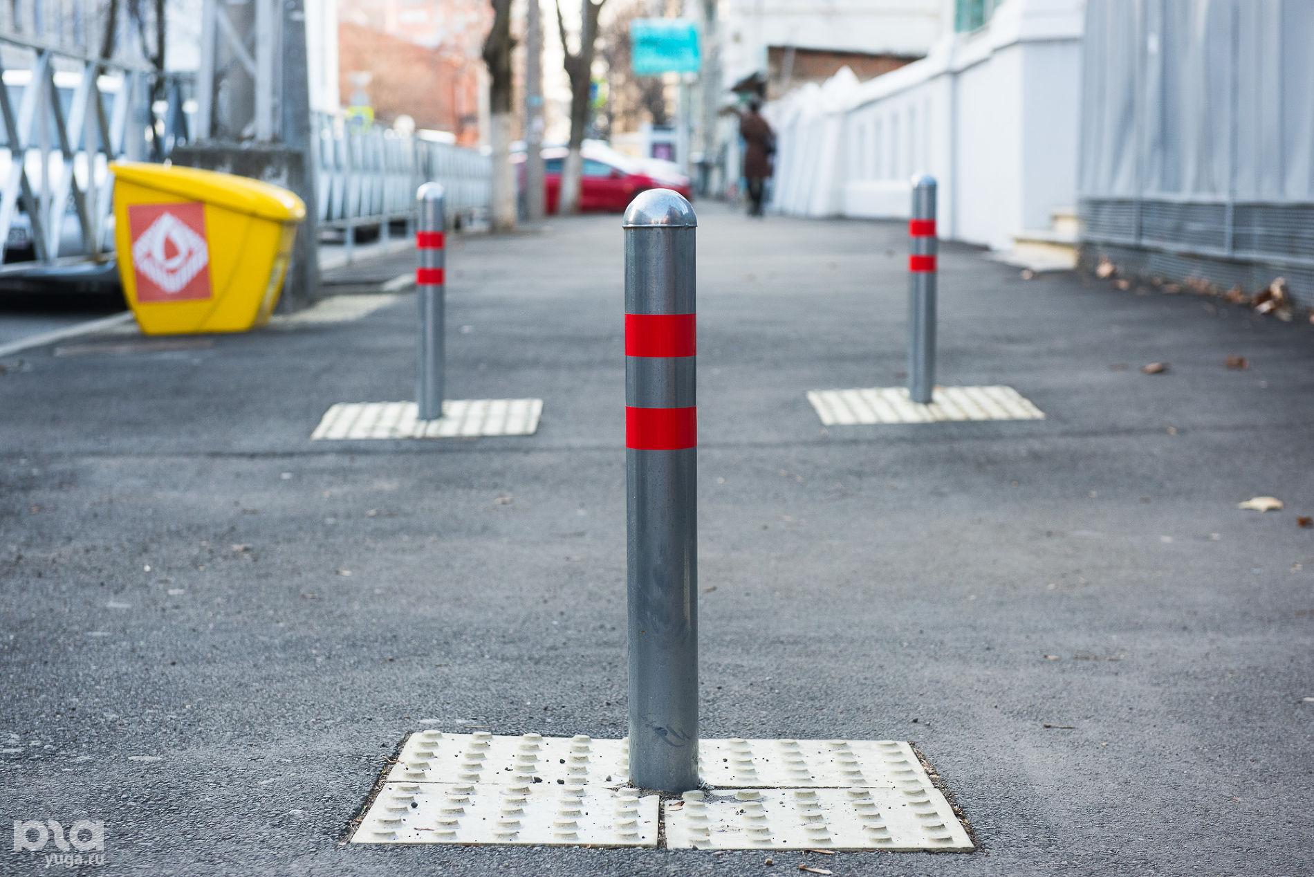 Плитка, предупреждающая о препятствии ©Фото Елены Синеок, Юга.ру
