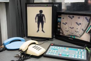 Монитор рентгеновского аппарата в зоне досмотра краснодарского железнодорожного вокзала ©Фото Елены Синеок, Юга.ру