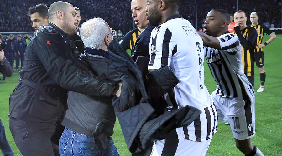 Иван Саввиди (второй слева) на поле во время матча между клубами ПАОК и АЕК в Салониках ©Фото с сайта www.intime.gr