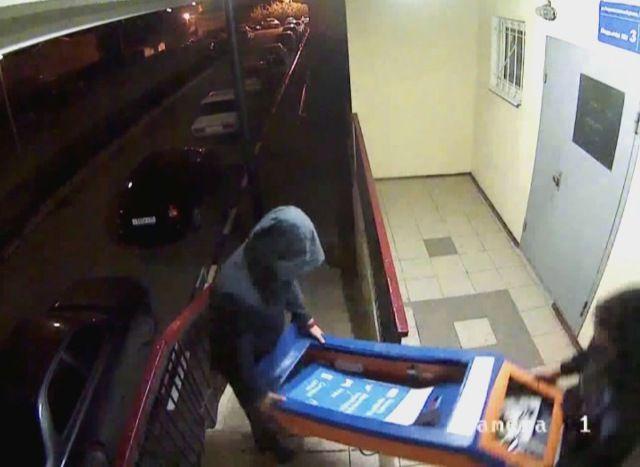Полицейские задержали подозреваемых вкраже платежного терминала