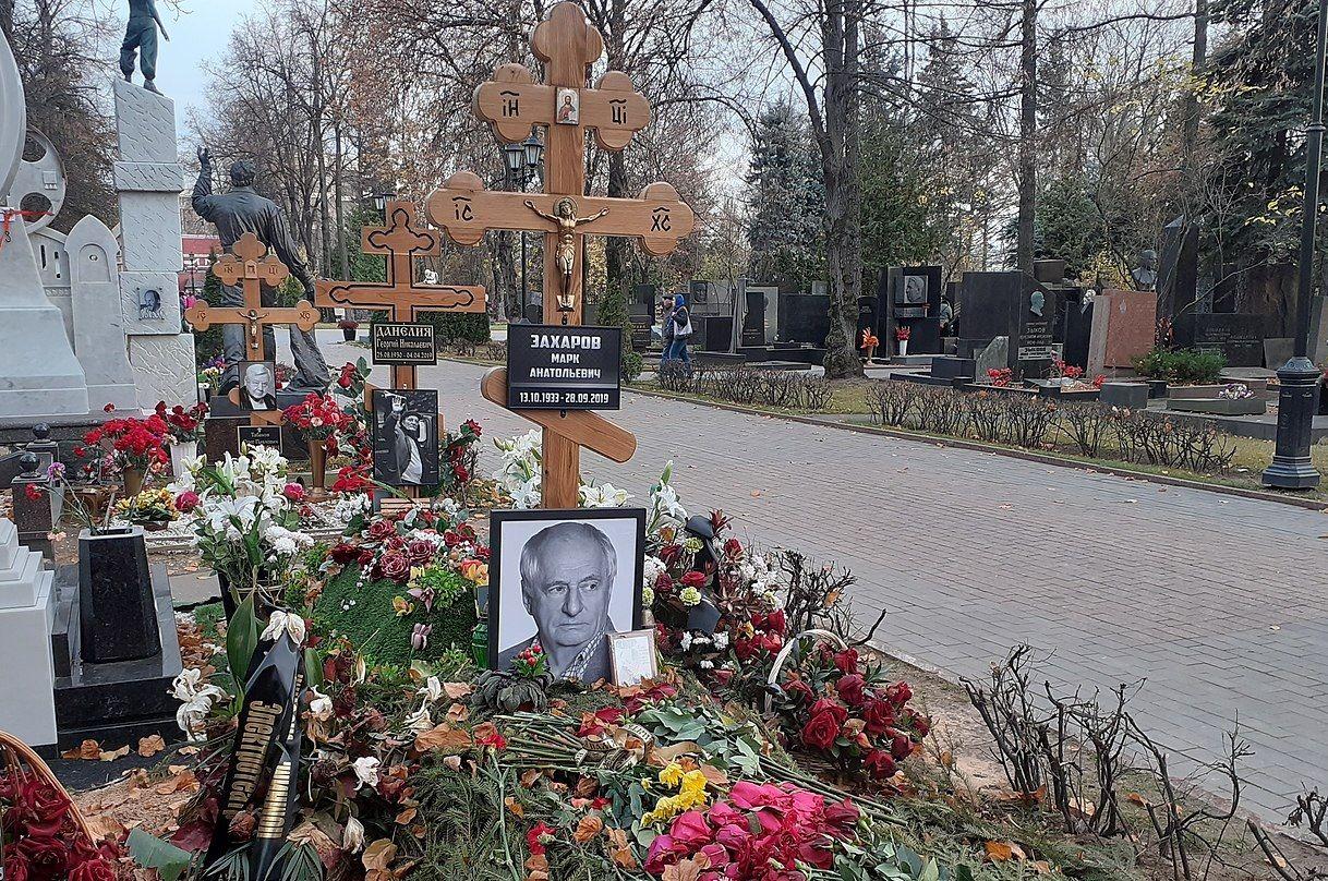 Могила Марка Захарова ©Фото Sealle с сайта commons.wikimedia.org