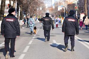 Охрана общественного порядка на параде Дедов Морозов ©Фото Елены Синеок, Юга.ру