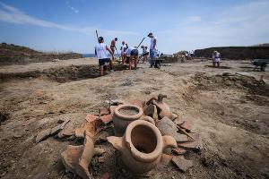 Экспонаты, обнаруженные при раскопках  ©Елена Синеок, ЮГА.ру