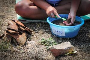 Очищают и сортируют находки здесь же, недалеко от раскопа ©Елена Синеок, ЮГА.ру
