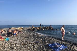На пляже в Широкой Балке ©Фото Иолины Грибковой, Юга.ру