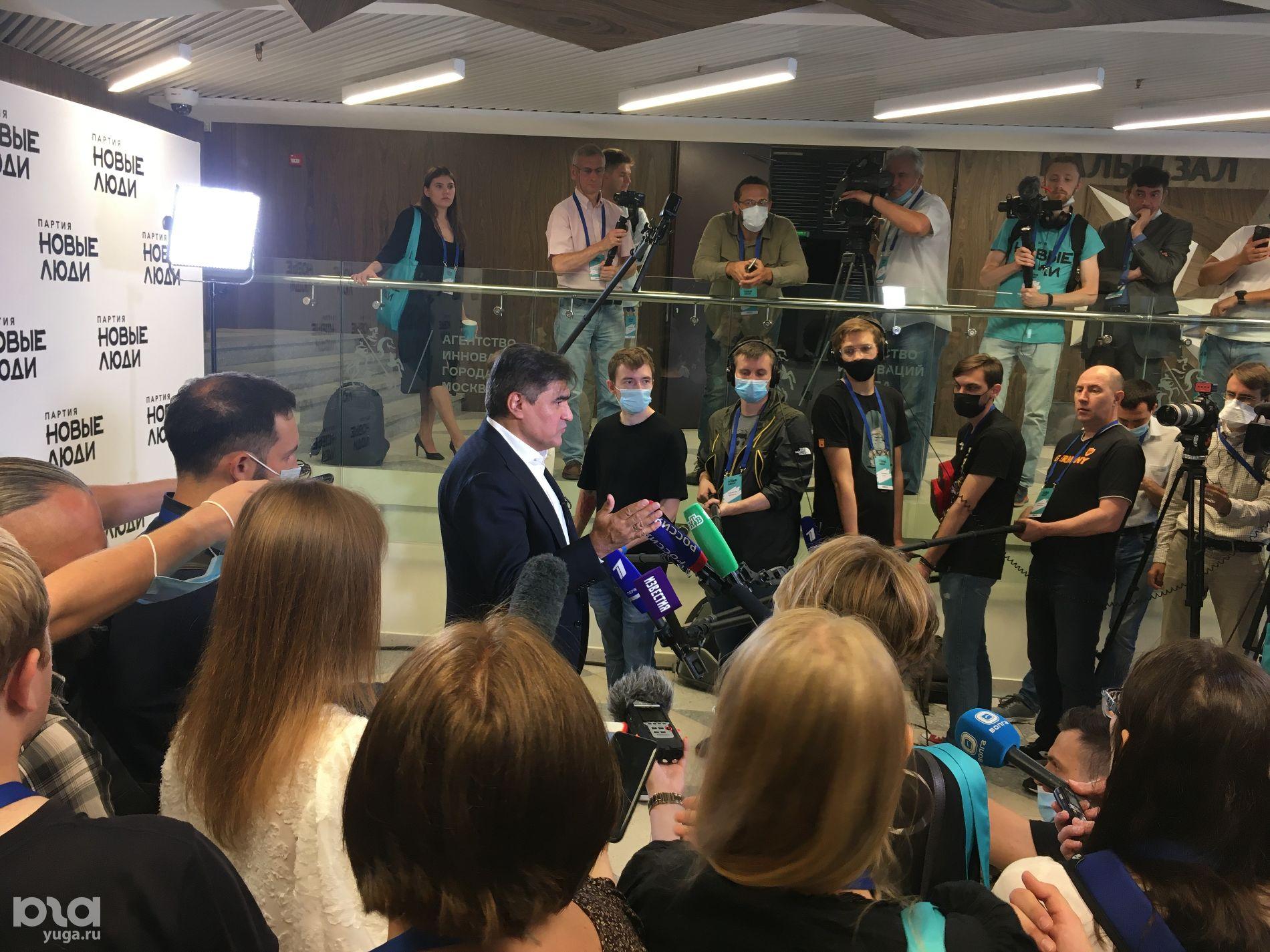 Алексей Нечаев во время пресс-подхода на съезде партии «Новые люди» ©Фото Александра Гончаренко, Юга.ру