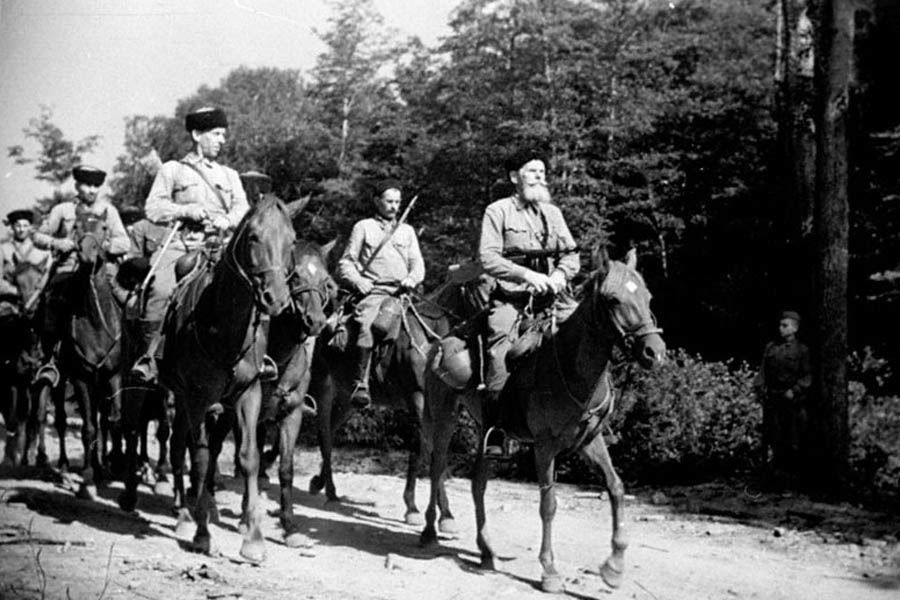 Казаки 4-го гв. кавалерийского корпуса на марше, 1942 год ©Фото с сайта waralbum.ru