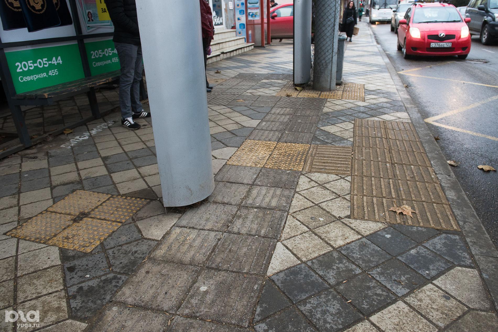 Вокруг столба — плитка с конусообразными элементами, обозначающими препятствие  ©Фото Елены Синеок, Юга.ру