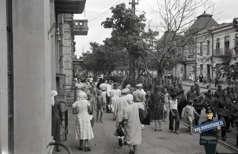 Проход колонны немецких войск по ул. Красной. Август 1942 года