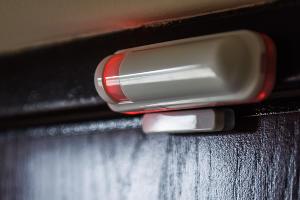 Датчик открытия, крепится на дверь или окно ©Фото Елены Синеок, Юга.ру