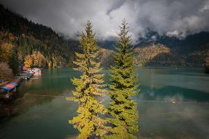 Озеро Рица ©Фото Елены Синеок, Юга.ру