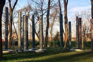 Установка скульптуры Виктора Линского «Столпы» ©Фото Дмитрия Пославского, Юга.ру
