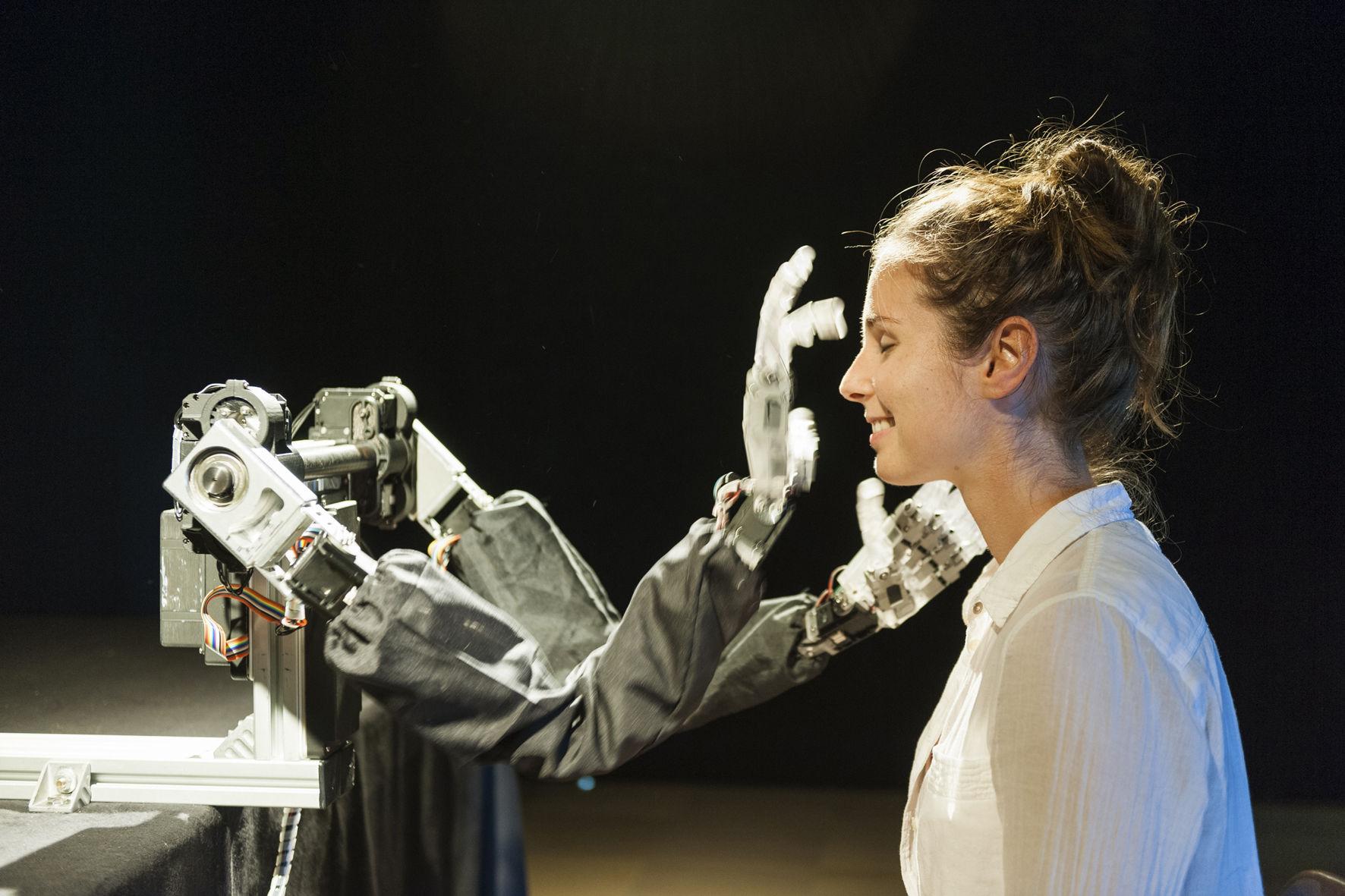 Луи-Филипп Демер (Сингапур), «Слепой робот». Робототехнический агент, тактильно взаимодействующий с посетителем выставки. При поддержке Технологического университета Наньянг (Сингапур) ©Фото Луи-Филиппа Демера