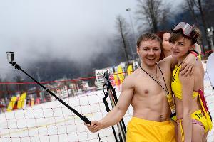 Массовый спуск в купальниках на высокогорном карнавале BoogelWoogel в Сочи ©Фото Никиты Быкова, Юга.ру