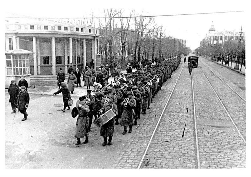 Краснодар освобожденный, на улице Красной, 1943 год ©Фото с сайта myekaterinodar.ru