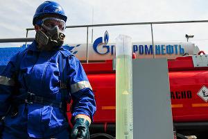 """Проверка качества топлива на заправке сети АЗС """"Газпромнефть-Юг"""" ©Елена Синеок, ЮГА.ру"""