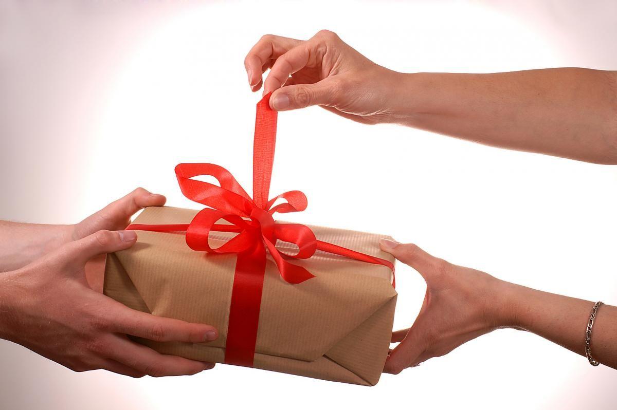 Минтруд напоминает озапрете дарить иполучать подарки нагосслужбе